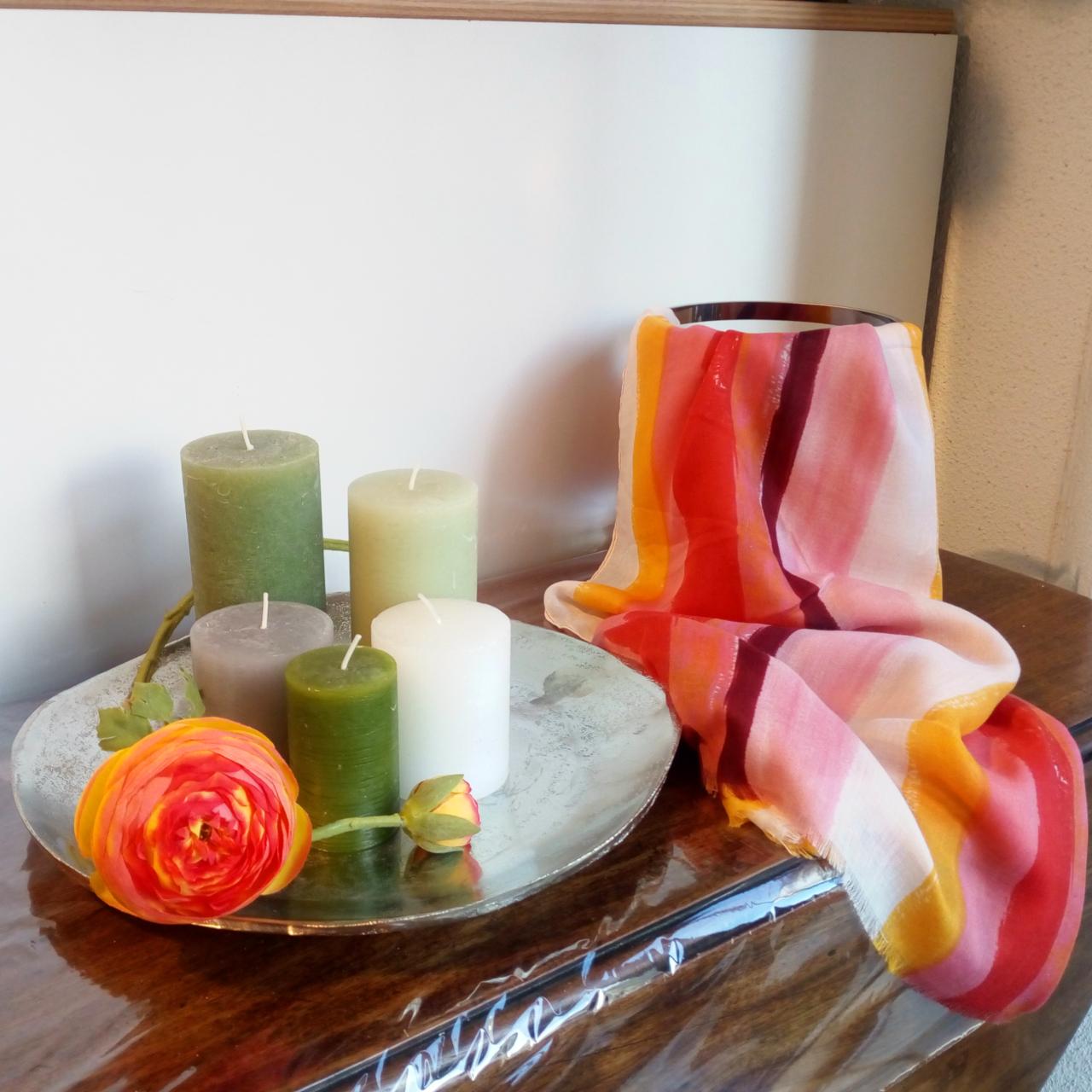 Wohnstudio Dekoration Geschenke Kerzen Einrichtung Blumen Silberteller Tücher Quadrat