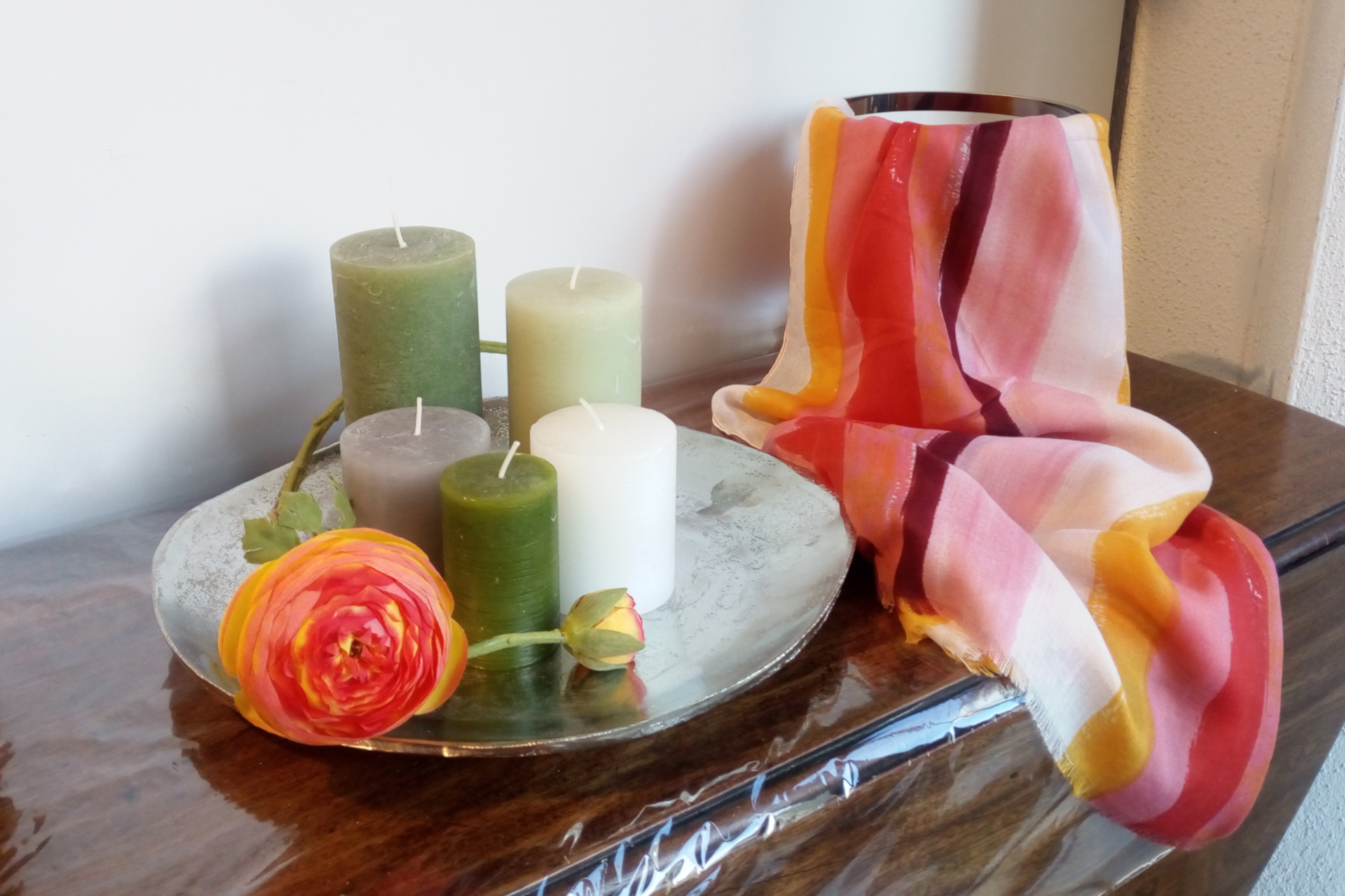 Wohnstudio Dekoration Geschenke Kerzen Einrichtung Blumen Silberteller Tücher